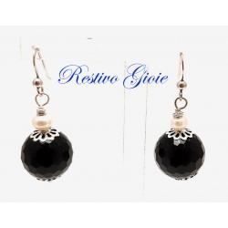 Orecchini in argento con agata nera sfaccettata e perla bianca