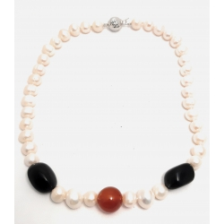 Collana in perle bianche con inserti in onice e corniola con chiusura in argento